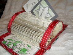 Vanhasta kirjasta tehty muistiteline, nauhaa + kuvia ja glitteriliimaa. Päällä joulukortit a´la vanha nuottikirja tähtenä ja joulukuusi.