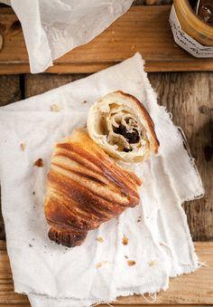 Przez trzy dni wtygodniu naPlacu Jerzego zPodiebradu swoje wypieki wystawia piekarnia Le Petit France. Mają niewielki asortyment: pięć rodzajów chleba, małe drożdżówki zmakiem, wino ifrancuskie konfitury. Icroissanty. Zmigdałami, zczekoladą, albo zwykłe. Leżą sobie wwielkim drewnianym koszu iznikają szybciej niż cokolwiek innego. Te croissanty obrosły legendą iznajdują się naliście wypieków, które musisz zjeść będąc wPradze. Są …