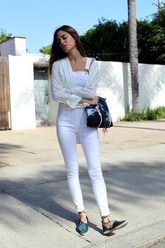 O un overol blanco con alpargatas y cartera azul: | 22 Looks minimalistas que todas deberíamos copiar