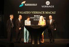 Versace ist weltweit ein bekannter Name. Das Luxusmodelabel hat sich durch die eigenen Kollektionen, die an den Schönen und Reichen besonders gerne gesehen werden, einen großen Namen gemacht, auch die gut betuchten Spieler und Spielerinnen in Macau tragen gerne Versace.
