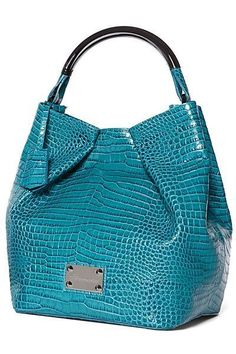 Many Types Of Women's Handbags. For most ladies, buying a genuine designer bag just isn't something to hurry into. Because they handbags can be so expensive, women in some cases worry over their decisions before making an actual ladies handbag purchase. Fashion Handbags, Tote Handbags, Purses And Handbags, Fashion Bags, Leather Handbags, Beautiful Bags, Handbag Accessories, Coach Bags, Shoe Bag