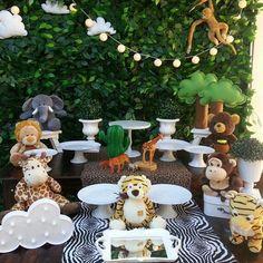 Candy bar preciosa para fiesta de animales que hemos visto en  @atelieridear via @latermedia Safari Theme Birthday, Wild One Birthday Party, Safari Birthday Party, Jungle Party, Boy First Birthday, Birthday Parties, Baby Shower Fruit, Baby Boy Shower, Diy Party Decorations
