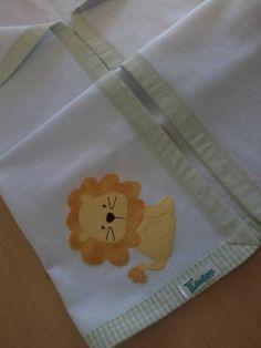 Cueiro em flanela com barrado e aplique em tecido 100% algodão.  *As cores ou estampas para o viés podem ser escolhidas e o tema para o aplique pode ser personalizado. Consulte disponibilidade. R$ 42,90
