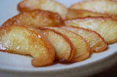 Le mele cotte si preparano con mele tagliate a spicchi mentre a parte si amalgameranno zucchero, acqua, limone e cannella in una casseruola portando ...