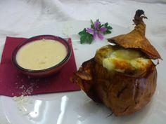 Cipolla al sale ripiena di salsiccia e toma ai tre latti con salsa mornay