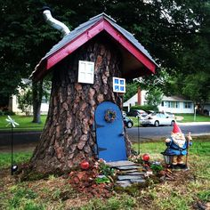 Tree stump house for your yard Gnome Tree Stump House, Fairy Tree Houses, Gnome House, Fairy Garden Houses, Gnome Garden, Backyard Projects, Outdoor Projects, Fairy Doors, Miniature Fairy Gardens