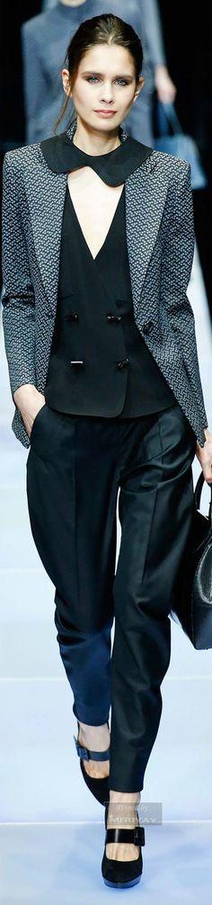 Elemento Acqua. Nello stile: look creativo, pantalone morbido, sovrapposizione di tessuti differenti, dettaglio colletto originale sovrapposto alla giacca. Nel colore: nero.