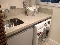 Lavanderia com balcão de granito... tanque de inox de embutir e armário...