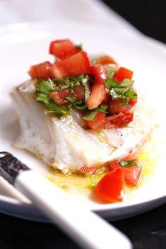 Préparation : 15 min Cuisson : 5 min Pour 4 personnes -1 dos de cabillaud de 7/800 g -12 tranches très fines de chorizo -2 tomates -1 petit bouquet de basilic -4 pétales de tomate confite -1 citron -Huile d'olive fruitée -Sel, poivre Pelez et épépinez...