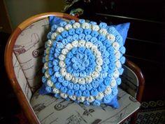 Almofada confeccionada em croche com cores em degradê