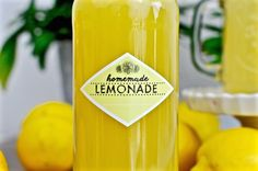 Hausgemachte Limonade mit einem einfachen Sirup. Das Rezept ist ganz einfach und wirklich lecker! Zitrone und Limone passen sehr gut.