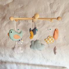 Mobile bébé nuages oiseaux et lune - bleu menthe moutarde saumon