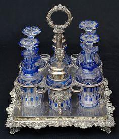 Lindo Galheteiro em cristal europeu double azul e branco.  Mais #Leilão Online hoje, 11/05/15.  Ao Vivo a partir das 19h.  Participe e repasse aos amigos.