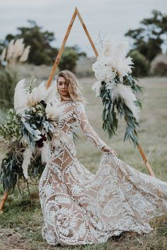 25 Angesagtesten Hochzeit Bögen Und Kulissen Für Ihre Hochzeit    Ein Großer Dreieck Hochzeit Bogen Dekoriert Mit Blüten Grün Und Pampas Gras #Hintergrund