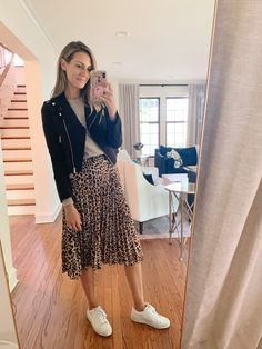leopard skirt for fall how to style - See (Anna) Jane. - how to style a leopard skirt with sneakers Source by ninaha_ - Printed Skirt Outfit, Leopard Skirt Outfit, Leopard Print Skirt, Printed Skirts, Midi Rock Outfit, Midi Skirt Outfit, Pleated Midi Skirt, Skirt And Sneakers, Sneakers Style