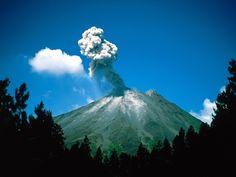 Costa Rica, America, Volcan arenal erupting