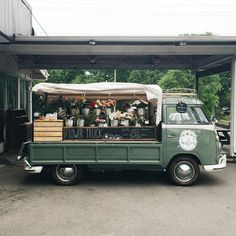 """onceuponawildflower: """" xxcats-eyesxx: """" Jordana Nicholson """" i know exactly where this flower truck is at. amelia's is awesome (and so is this area of nashville! Flower Truck, Flower Cart, Mobile Boutique, Mobile Shop, Trees With White Bark, Foodtrucks Ideas, Mobile Catering, Food Truck Business, Food Truck Design"""