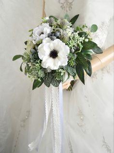 トレンドアネモネと多肉植物のナチュラルクラッチブーケです。すべて造花でできています。 Silk Flower Bouquets, Silk Flowers, Table Decorations, Flowers, Dinner Table Decorations
