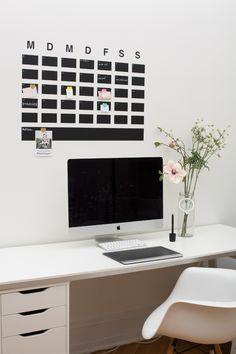 *Wandtattoo aus Tafelfolie*  Dieser große Kalender ist der absolute Hingucker an jeder Wand. Praktisch zum wieder abwischen & wieder neu zu beschreiben. Extra Kästchen für Notizen & To Dos :)  Den...