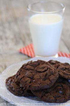Rezept für die besten Chocolate Chip Cookies  175 g Mehl  30 g Kakao  5 g Natron  150 g weiche Butter  60 g Zucker  60 g braunen Zucker (soft brown sugar)*   50 g Puderzucker  3-5 g Fleur de sel (1 TL, wer normales Salz nehmen möchte bitte nur 1/4 TL!!)  Mark einer Vanilleschote (ich habe 1 TL flüssigen Vanille-Extrakt genommen)  150 g Schokolade (70 %) (oder 2 Schokoladensorten gemischt) * (oder wie in der Vorlage insgesamt 120 g Rohrzucker)