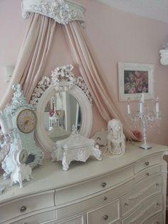 ❤°(¯`★´¯)Shabby Chic(¯`★´¯)°❤... Shabby Chic Clock, Shabby Chic Français, Shabby Chic Bedrooms, Shabby Chic Homes, Shabby Chic Furniture, Princess Canopy, Princess Room, Dresser Mirror, Chabby Chic