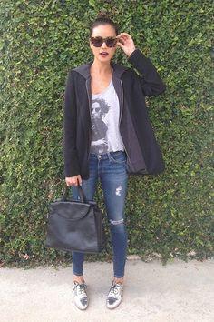 Meninas, uma das peças mais fashion e que estou vendo muito por aí são os Sapatos Prateados! Pode ser um oxford, mocassim, sapatilhas e até mesmo um scarpin, eles são poderosos e deixam qualquer look mais moderno e ousado! COMO USAR Por ser prateado, uma cor neutra, ele monta muitas combinações com qualquer tipo de …