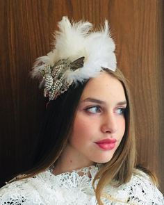 "Jennifer on Instagram: ""The beautiful Isotta wearing my one~of~a~Kind White Feather Headpiece 1920,s inspired 🌞🌸✨you can DM me to buy any of these headpieces 1-2…"" Feather Headpiece, Feather Hat, Make My Own Website, Headpieces, Fascinators, White Feathers, Vintage Inspired, Art Deco, Colours"