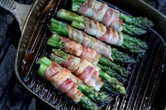 Special treat for the BBQ: Grilled Asparagus, wrapped in Bacon . Add garlic butter inside the bacon for that extra bit of yummy goodness! Side Recipes, Paleo Recipes, New Recipes, Cooking Recipes, Favorite Recipes, Bacon Wrapped Asparagus, Grilled Asparagus, Vegetable Dishes, Vegetable Recipes