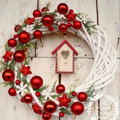 Excellent Images Christmas wreaths 2019 Style Were you aware an individual could make your own Christmas time wreath? Christmas wreaths add a lot Noel Christmas, Diy Christmas Ornaments, Simple Christmas, Christmas Music, Christmas Chandelier, Christmas Balls, Homemade Christmas, Christmas Projects, Christmas Crafts