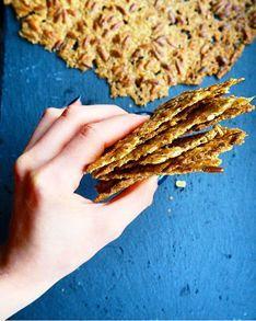Fra blød grød til sprød snack! - Disse havrekiks er altså genialt lette at lave! Og det bedste af det hele er selvfølgelig deres delikate knæk ;) Kiksene er let salte, har et perfekt crunch og er tilsat knasende solsikkekerner, som har fået den dejligste brændte smag efter en tur i ovnen. Det fantastiske ved havrekiksene er den særdeles simple fremgangsmåde. Det er ganske enkelt en hurtig omgang grød, der røres sammen, og så er den ellers bare lige til at brede ud på et par bradepander. Det ... Veggie Snacks, Healthy Snacks, Good Food, Yummy Food, Greens Recipe, Recipes From Heaven, Crunches, Bread Baking, Bon Appetit