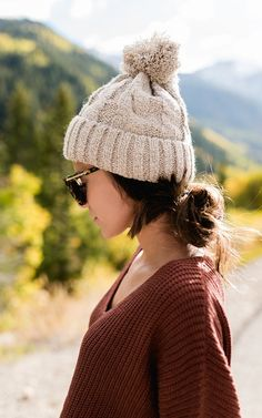 Cute pom pom beanie Chic Fall Fashion, Geek Chic Fashion, Fall Fashion 2016, Winter Fashion Outfits, Fasion, Fall Outfits, Ily Couture, Womens Glasses, Knitted Hats