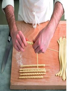 Preparare in casa i fusilli - Выпечка - Rezept 2019 Homemade Pasta, How To Make Homemade, Easy Pasta Recipes, Cooking Recipes, Pasta Casera, Bread Shaping, Pasta Shapes, Snacks Für Party, Fresh Pasta