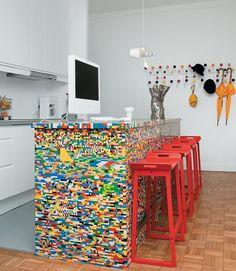 Para os apaixonados por legos, um balcão de cozinha todo criado com peças de logo.