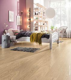 Beruhigende Pastelltöne. Der Korkboden Arteo Eiche weiß sorgt für eine Wohlfühl-Atmosphäre im Schlafzimmer.
