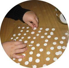 """faire des gommettes """"maison"""". Matériel : de l'encre et de la colle (vinylique), des feuilles plastiques (de classeur), un support en verre. Mélanger très peu d'encre avec beaucoup de colle, avec une pipette faire la forme désirée sur la feuille plastique."""