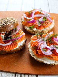 An easy recipe for vegan carrot lox, usin wavy-cut carrots. They're the perfect size, shape, and thickness to serve as a lox substitute. Best Vegan Recipes, Vegan Breakfast Recipes, Breakfast Ideas, Carrot Lox, Lox Recipe, Vegan Burgers, Jewish Recipes, Going Vegan, Food Hacks