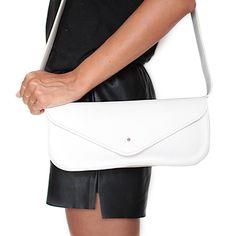 Anika è una <strong>borsetta di piccole dimensioni</strong> dal design basico ed essenziale, <strong>realizzata a mano in vera pelle toscana</strong>. Perfetta per completare look da sera o da giorno, è disponibile su Lovli in altri 2 colori.