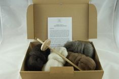 Hand wool spinning starter kit - includes drop spindle, instructions and 4 shades of Finnish sheeps wool rovings by The Wool Barn