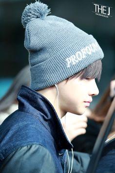 #iKon #Jinhwan his side profile looks so good with a beanie ><