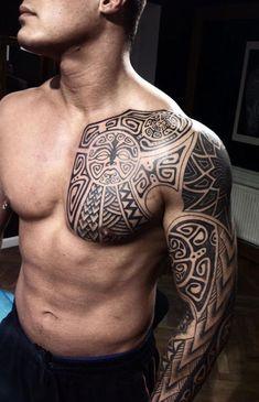 ein junger mann mit einer hand mit einem schwarzen großen maori tattoo und mit einem kleinen schwarzen monster mit weißen augen