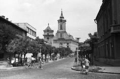 Luther utca az evangélikus Nagytemplom felé nézve, balra az evangélikus Kistemplom (Öregtemplom).