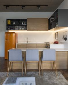 """Apartamento decorado para - By Triplex"" Kitchen Room Design, Kitchen Cabinet Design, Garage Loft, Interior Desing, Modern Kitchen Cabinets, Inspired Homes, Sweet Home, Table, House"
