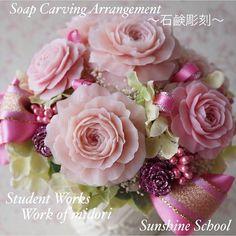 Instagram photo by sunshine.carving - 生徒様作品。  大振りなバラのソープカービングでかわいいアレンジメントを制作しました。  #生徒作品 #studentwork #ソープカービング #soapcarving #石鹸彫刻