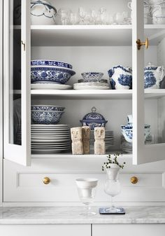Grey kitchen from ikea with glass doors and blue and white china Kitchen Display, Kitchen Styling, Country Kitchen Designs, Beautiful Interior Design, Kitchen Supplies, Cottage Homes, Bathroom Medicine Cabinet, Dining Area, Floating Shelves
