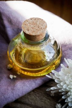 Домашние средства от морщин. Масло для ухода за кожей вокруг глаз с розой.