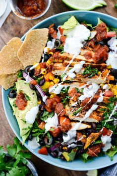 Looking for a healthy and filling salad? This Southwest Chicken Salsa Ranch Taco Salad is your answer! In it, chopped romaine is topped with southwest seasoned chicken, black beans, charred corn… Clean Eating, Healthy Eating, Salsa Ranch, Taco Salat, Southwest Chicken, Ranch Chicken, Bbq Chicken, Healthy Salad Recipes, Dinner Salad Recipes