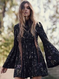 Top 10 Must-Have Items for a Bohemian Chic Wardrobe We Absolutely Love Boho Chic Clothing! So Much So We Decided To Make A Cheat Sheet List Of The Top 10 Must-Have Items For A Bohemian Chic Wardrobe. Bohemian Mode, Bohemian Style, Bohemian Chic Clothing, Gypsy Style, Hippie Style, Hippie Chic, Modern Hippie, Boho Outfits, Fashion Outfits