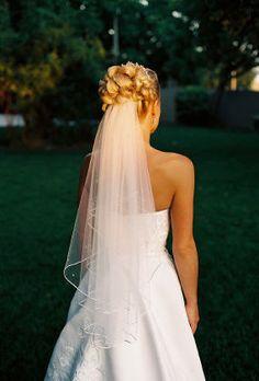 Es importante que yo lleve un velo en mi cabello para la boda. Es preferible que el velo es blanco y transparente.