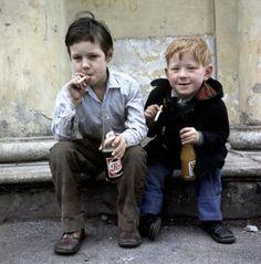 Onbekend | Sigaretten rokende straatjongens/kinderen/jeugd, met flesjes limonade (Pepsi) in de hand, 1962.