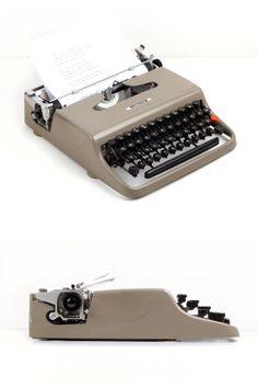 Typewriter Olivetti Lettera 22. Tarn. 1954. by ILikeToType on Etsy, €180.00